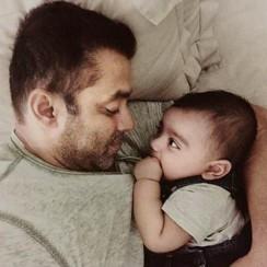 salman-khan-snapped-enjoying-with-baby-ahil-201606-733016
